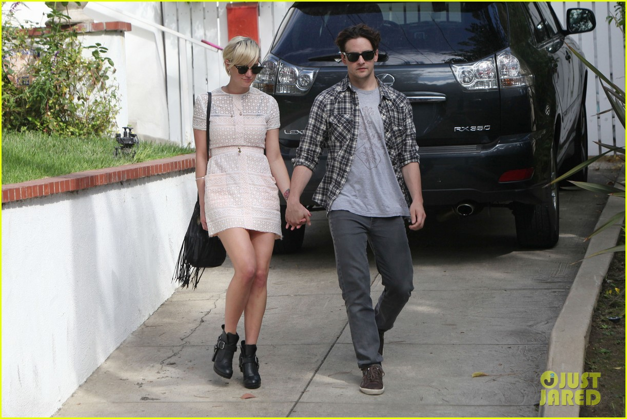 ashlee simpson vincent piazza holding hands 05