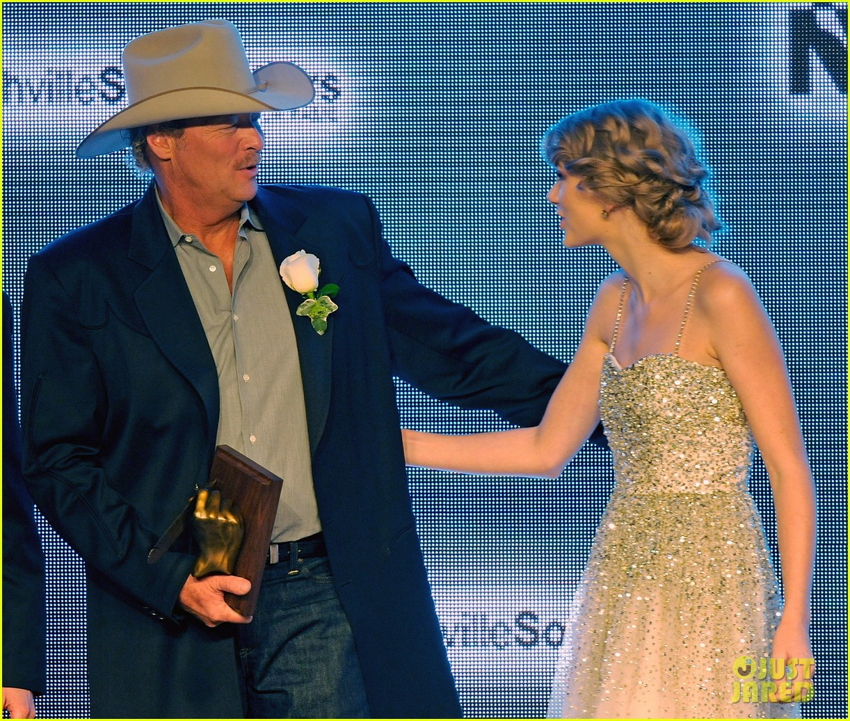 taylor swift nashville songwriters hall of fame honoree 03
