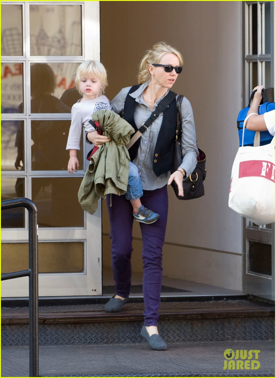 naomi watts shopping with samuel 02