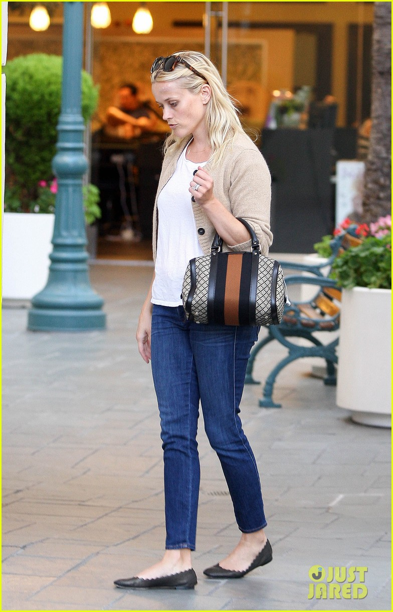 reese witherspoon runs errands with deacon 01