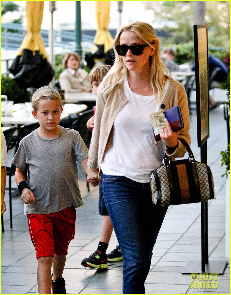 reese witherspoon runs errands with deacon 10