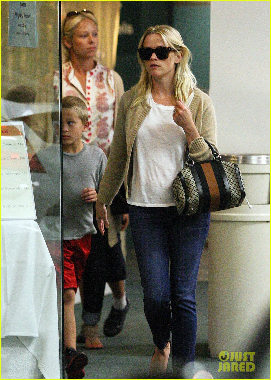 reese witherspoon runs errands with deacon 13