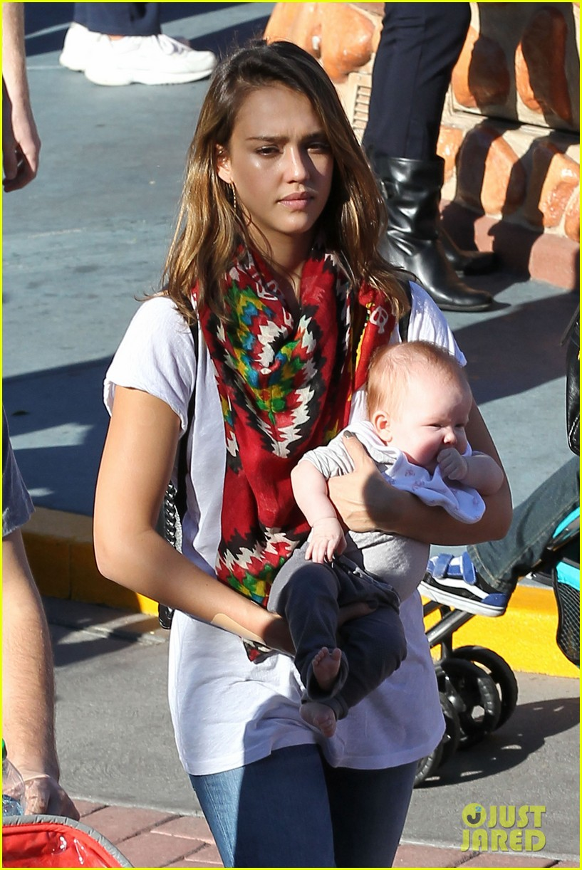 jessica alba family disneyland 03