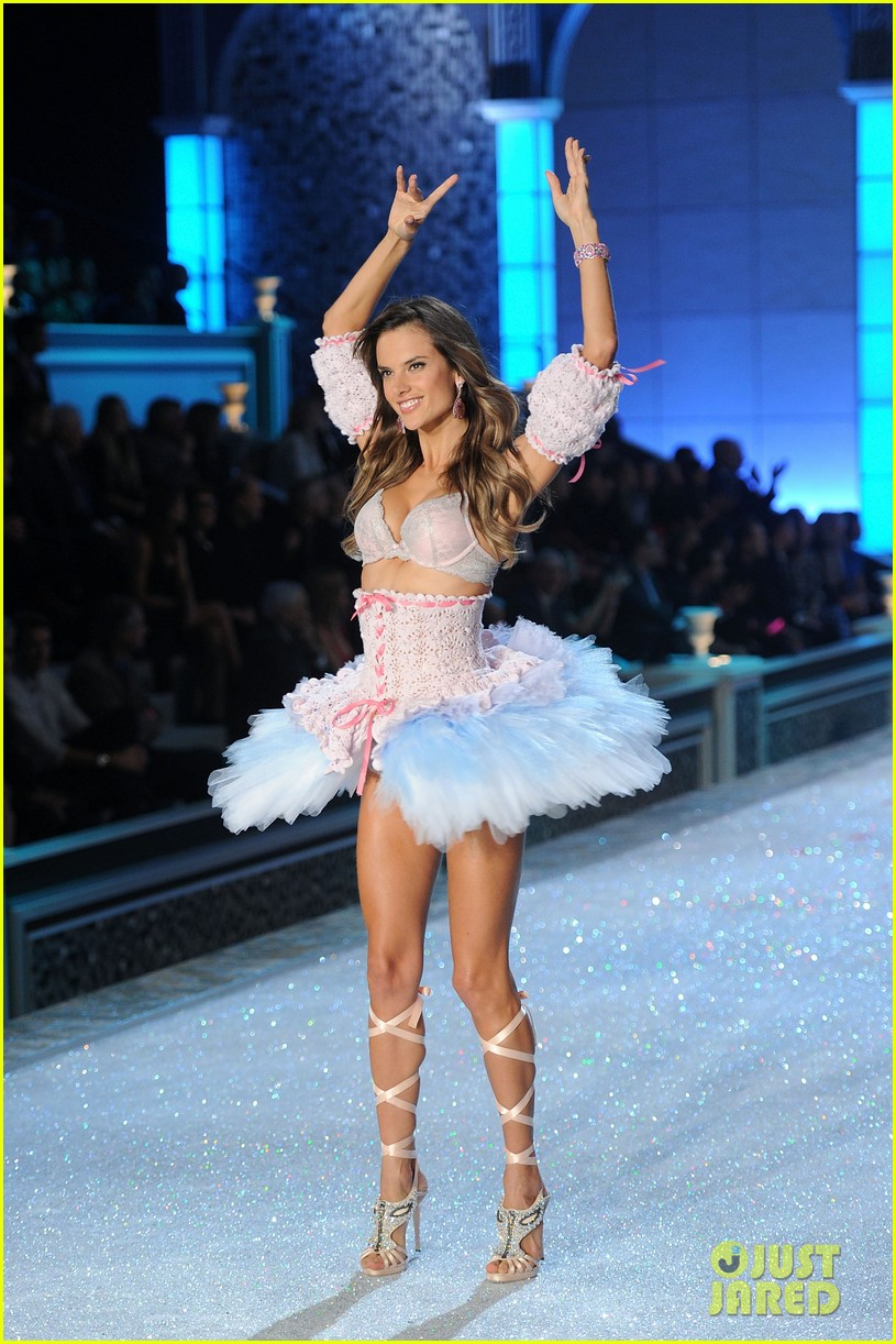 alessandra ambrosio vs fashion show 2011 13