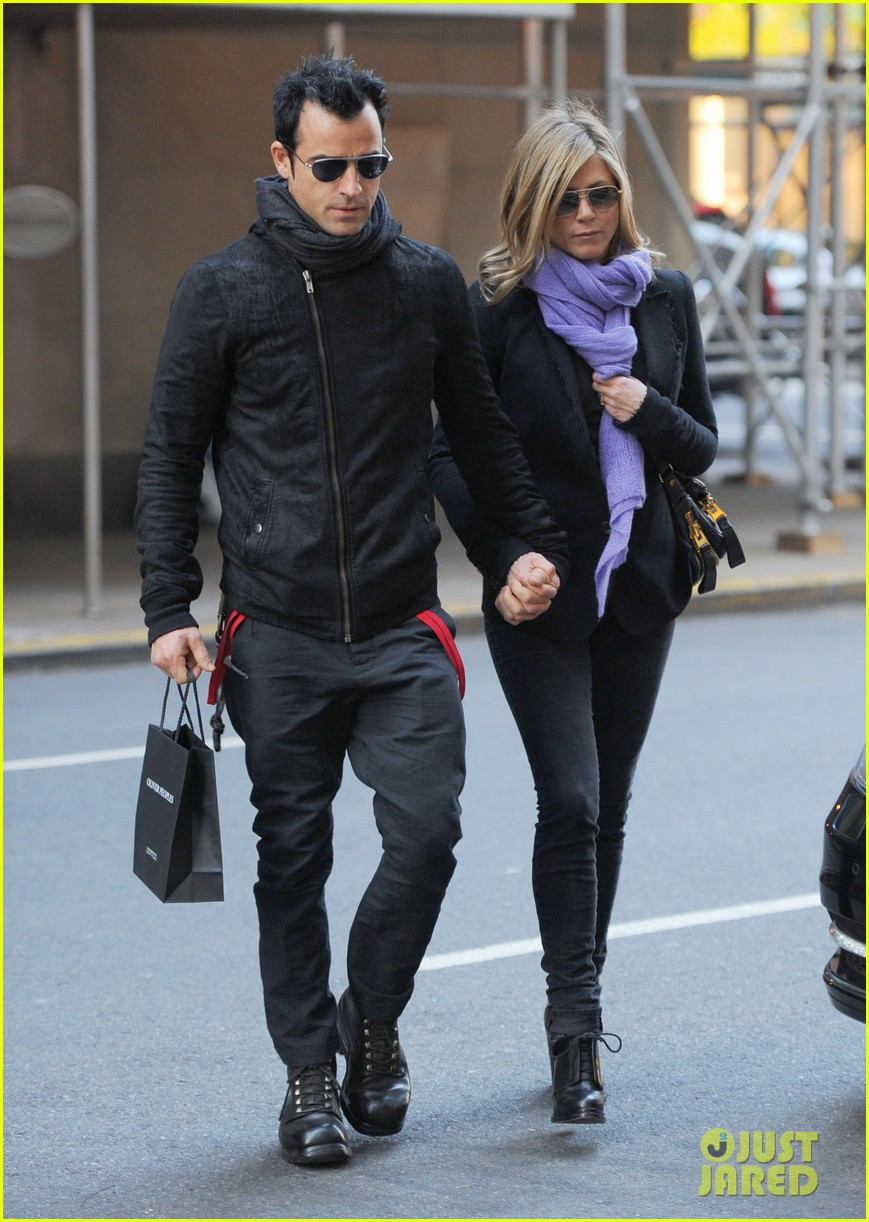 jennifer aniston justin theroux hold hands nyc 01
