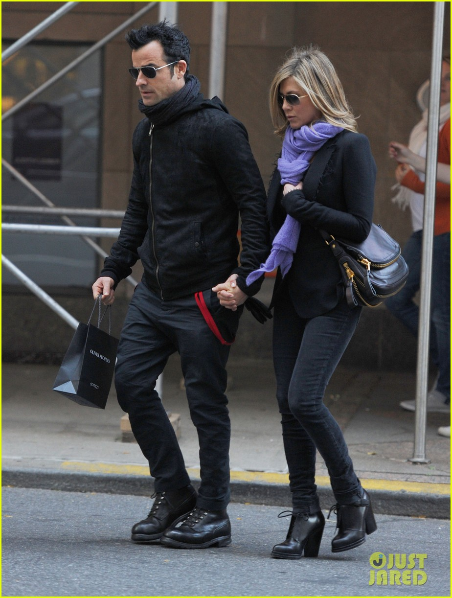 jennifer aniston justin theroux hold hands nyc 03