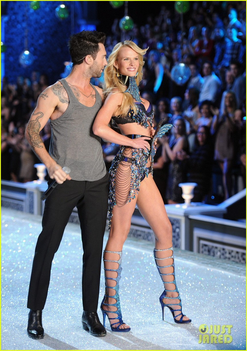 anne v adam levine vs fashion show 2011 02