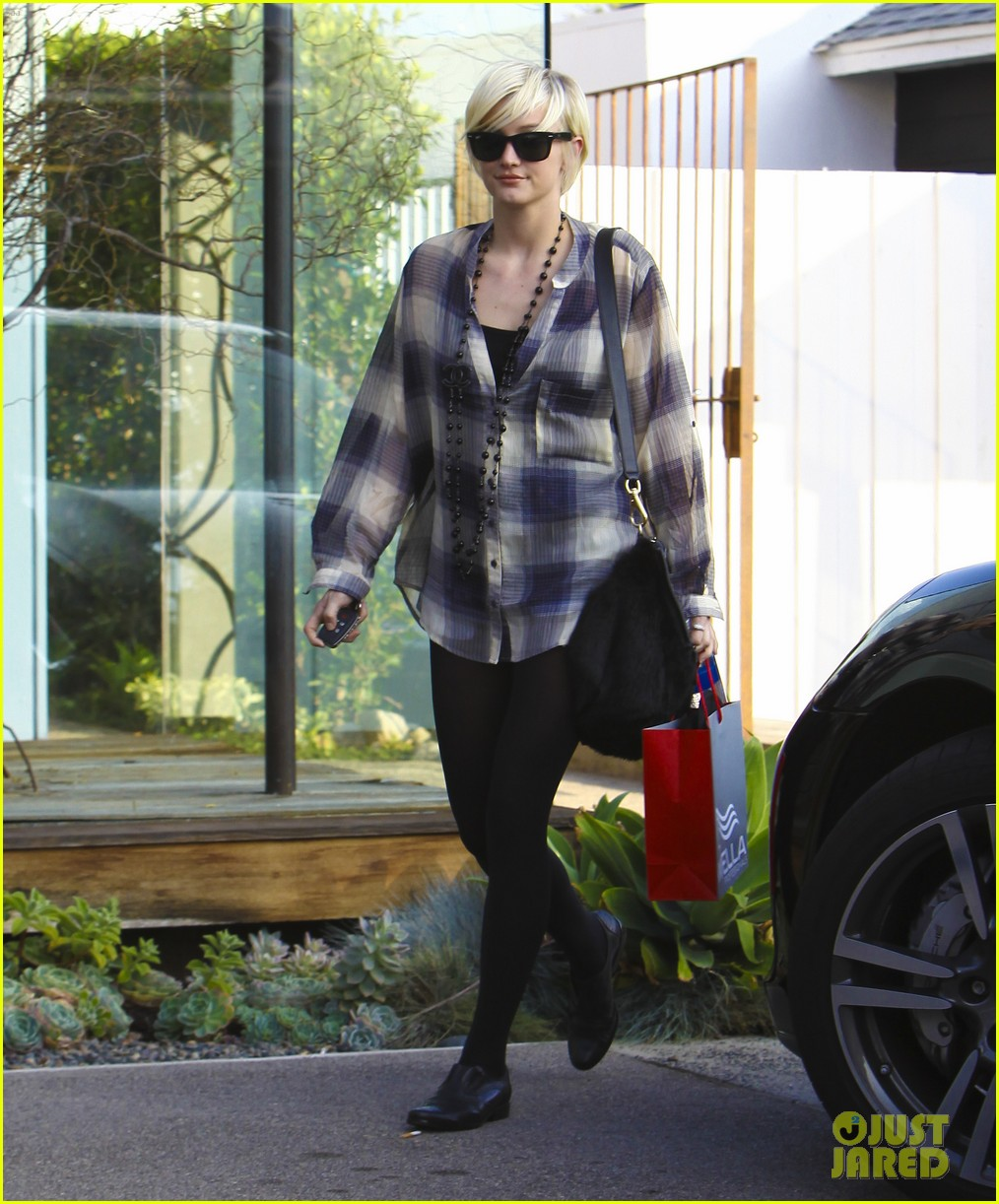 ashlee simpson chanel necklace salon 052601071