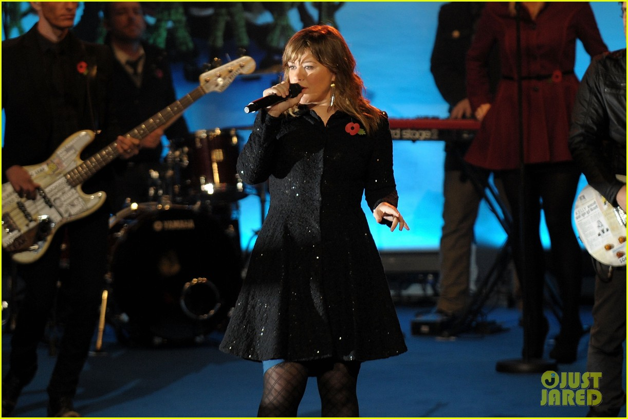 kelly clarkson christmas lighting 01