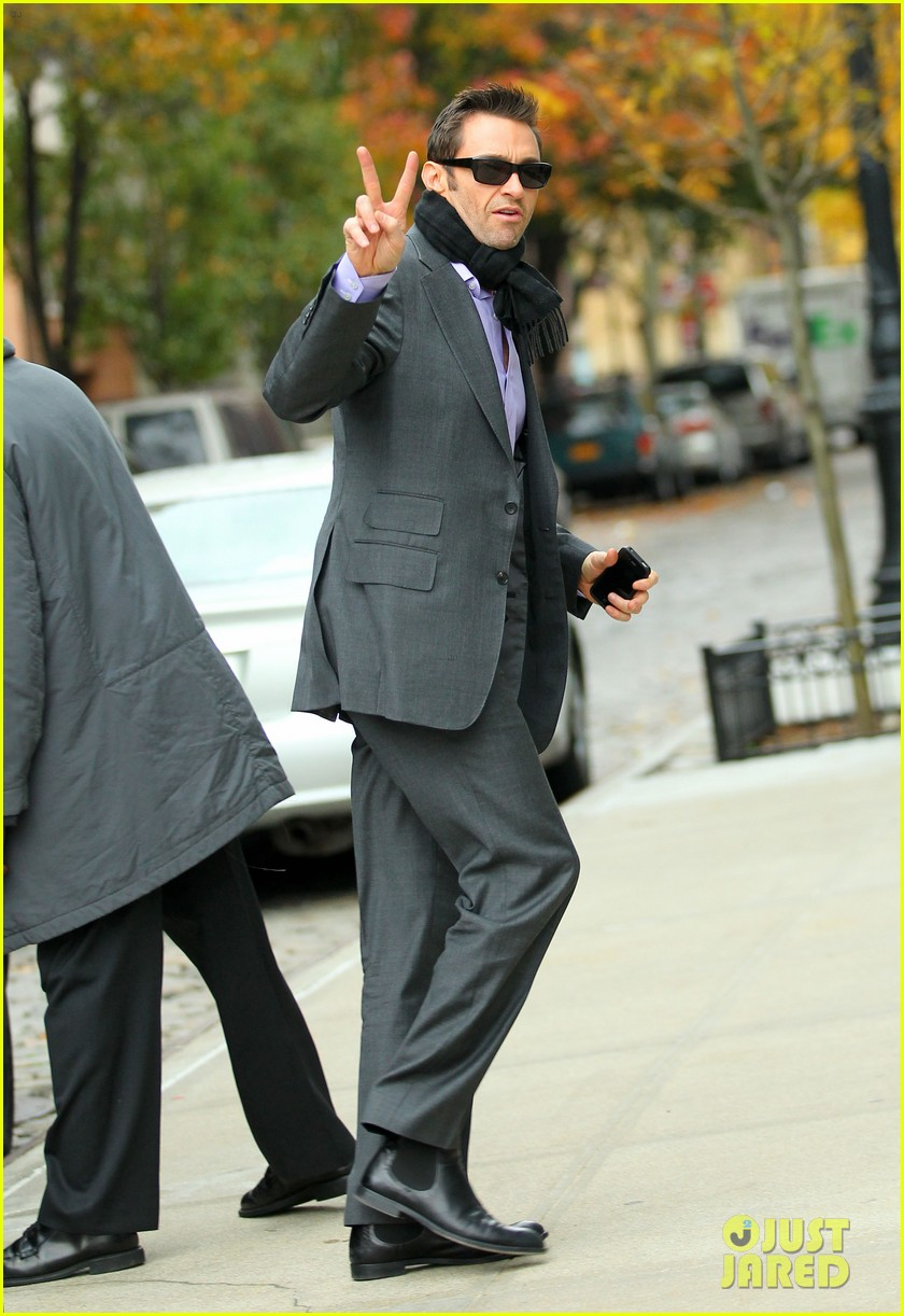 hugh jackman peace sign 01