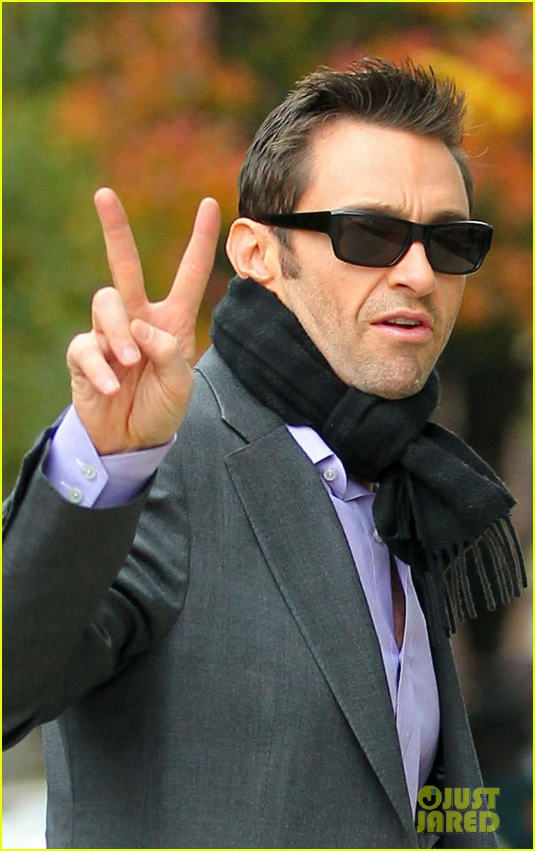 hugh jackman peace sign 04