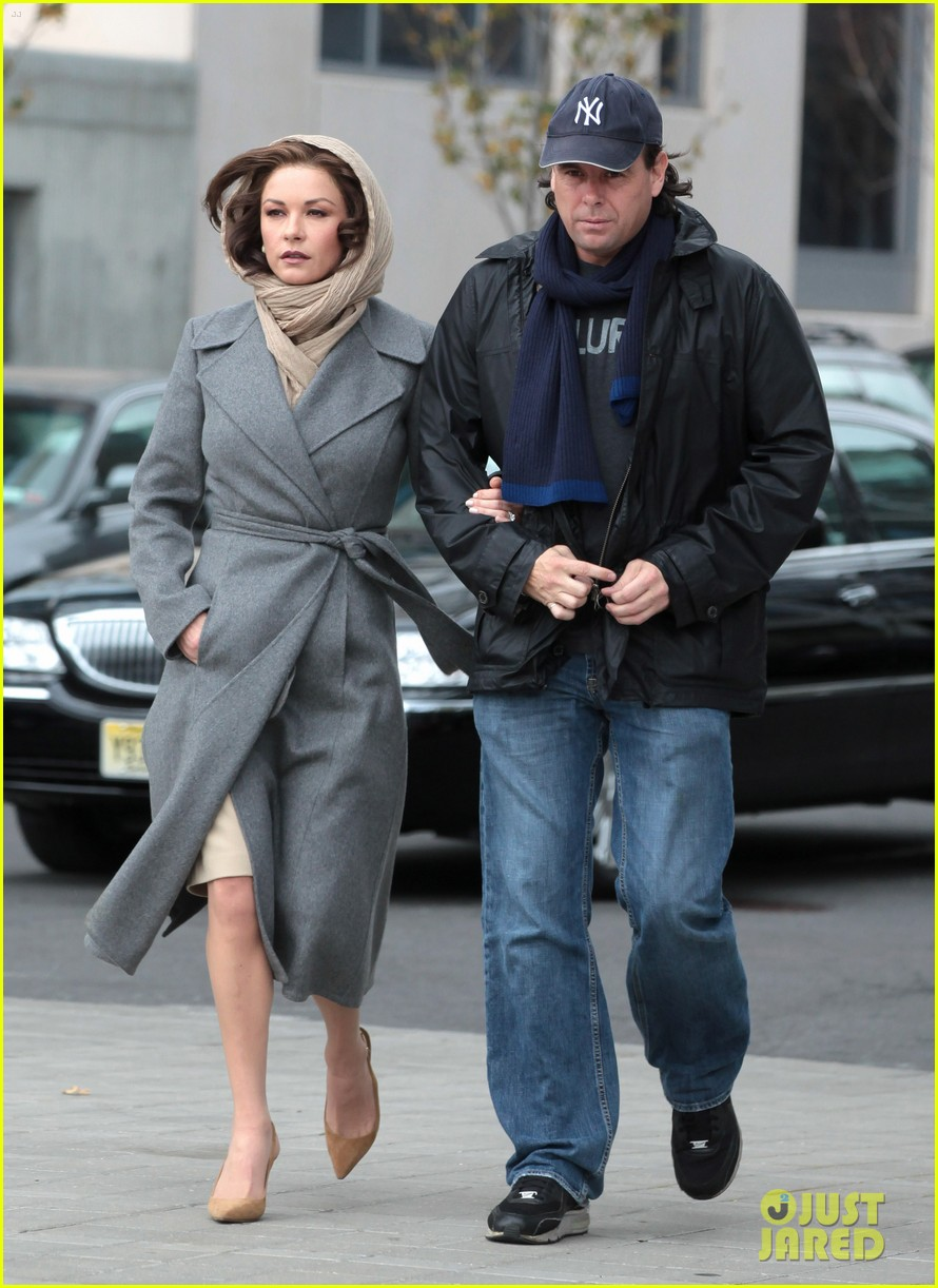 catherine zeta jones mark wahlberg broken city 01