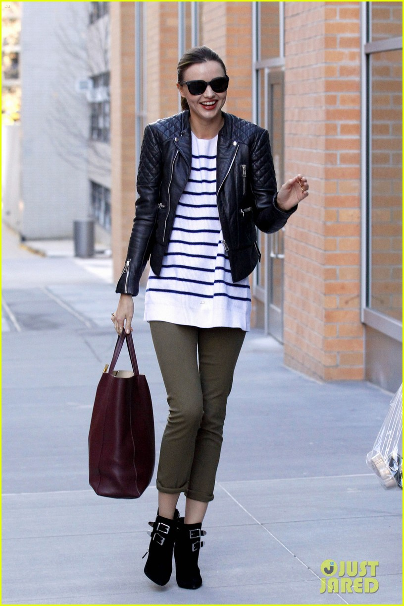 miranda kerr smiles waves 05