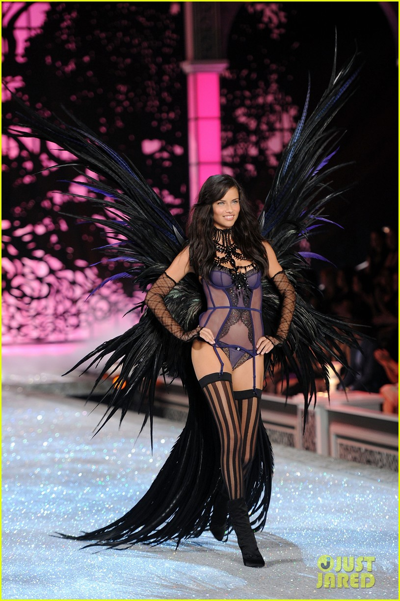 adriana lima vs fashion show 2011 11