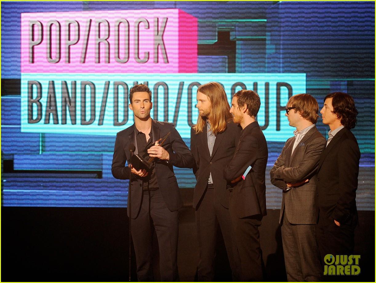 maroon 5 anne v amas 2011 red carpet 02