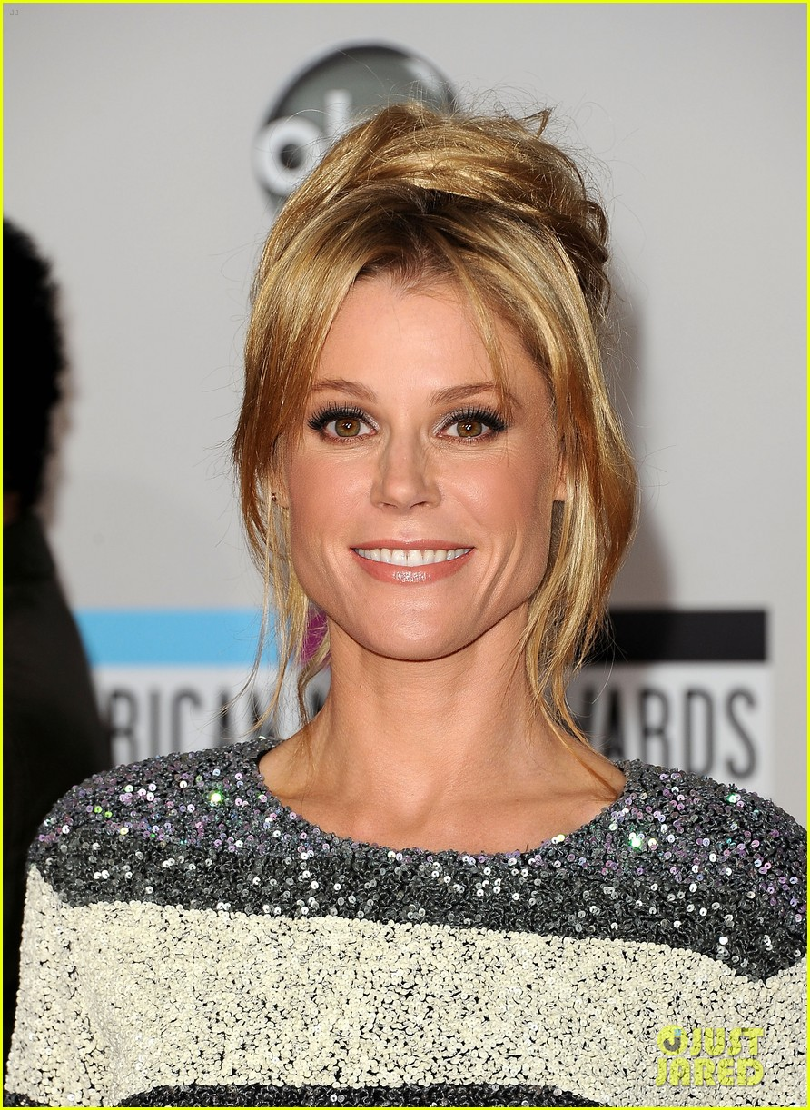 jenny mccarthy julie bowen amas 2011 red carpet photo 2602491 2011 amas cheryl hines jenny mccarthy julie bowen pictures just jared