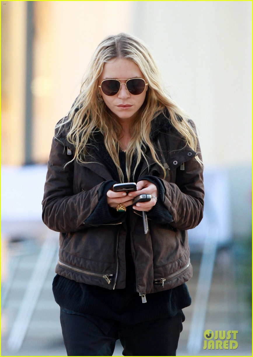 mary kate olsen lunches in west hollywood 04