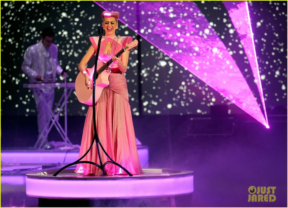 katy perry wins special award at amas 2011 10