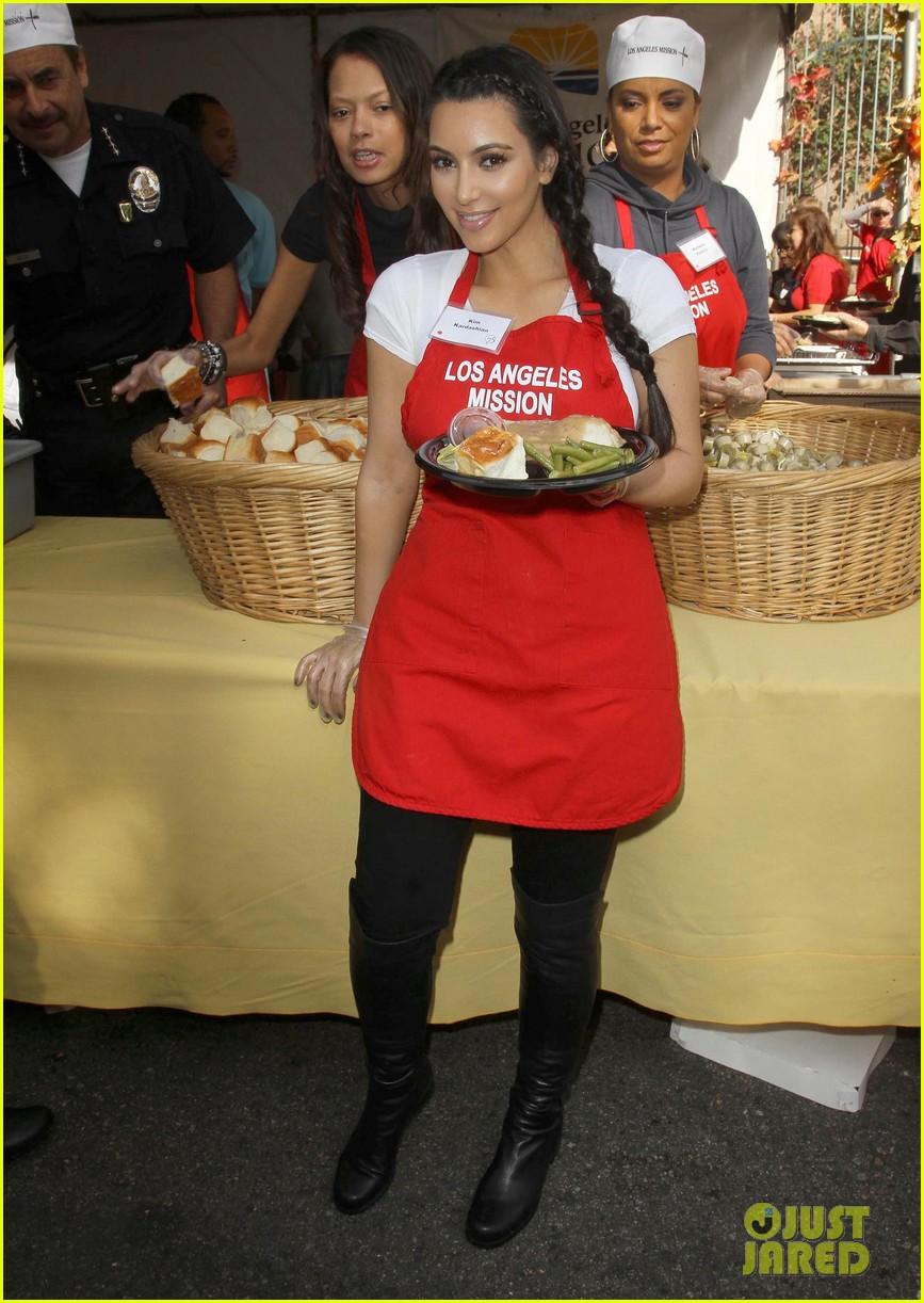 zoe saldana kim kardashian thanksgiving la mission 092603544