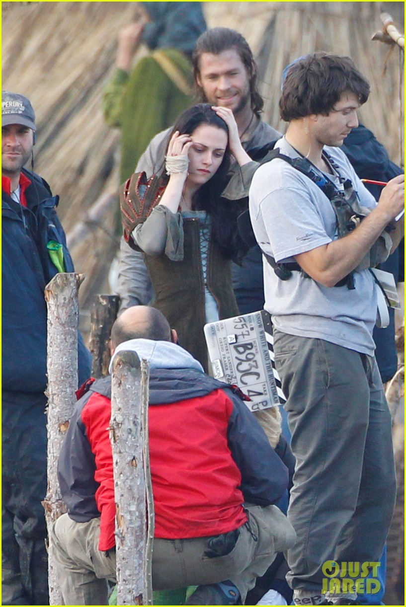 kristen stewart chris hemsworth snow white 032598853
