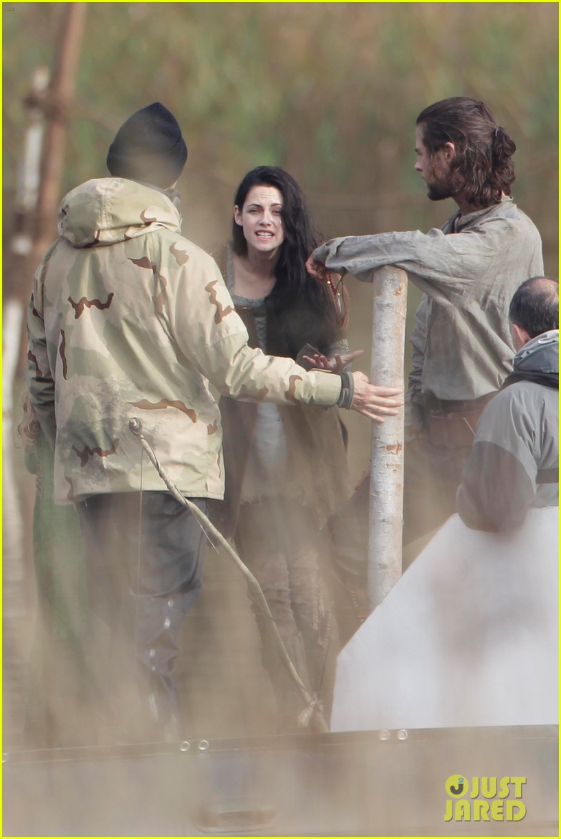 kristen stewart chris hemsworth snow white 052598855