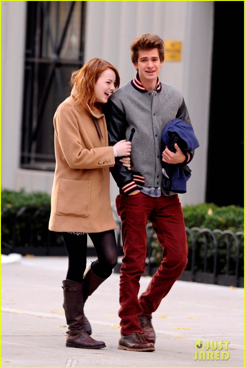 emma stone andrew garfield holding hands in nyc 02