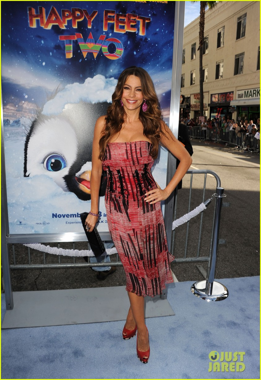 sofia vergara pink happy feet premiere 01