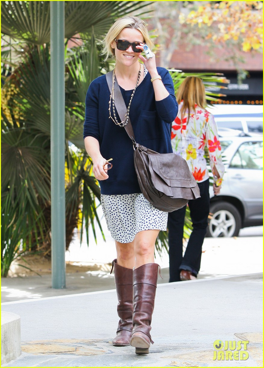 reese witherspoon broken finger 08