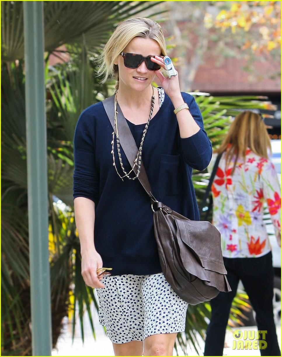reese witherspoon broken finger 092604666