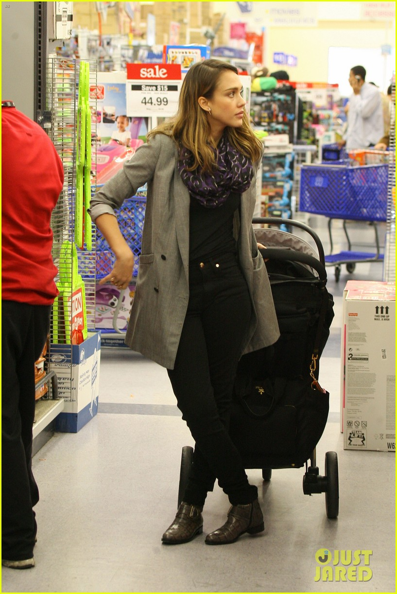jessica alba toys r us stop with baby haven 05