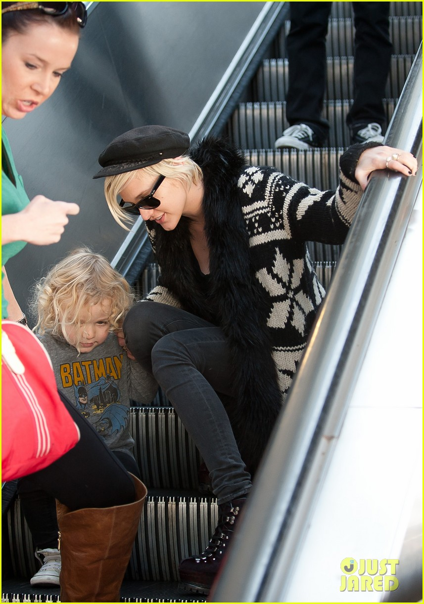 ashlee simpson bronx airport 01