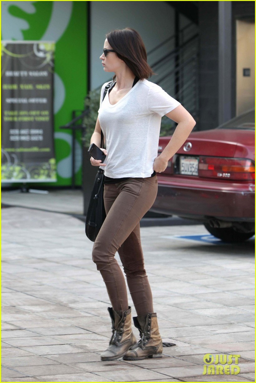 emily blunt workout cafe 01
