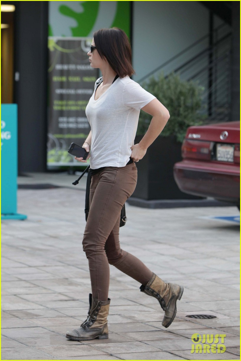 emily blunt workout cafe 08
