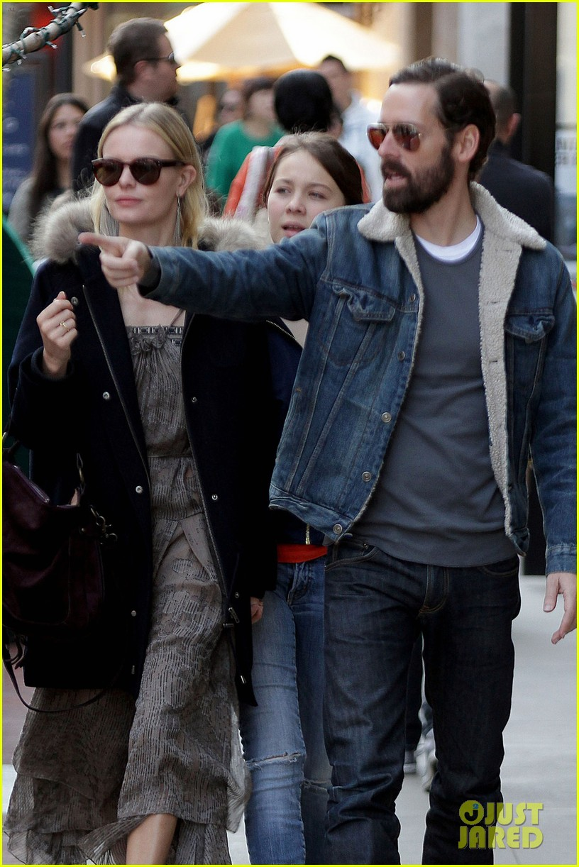 kate bosworth shops with michael polish daughter 06