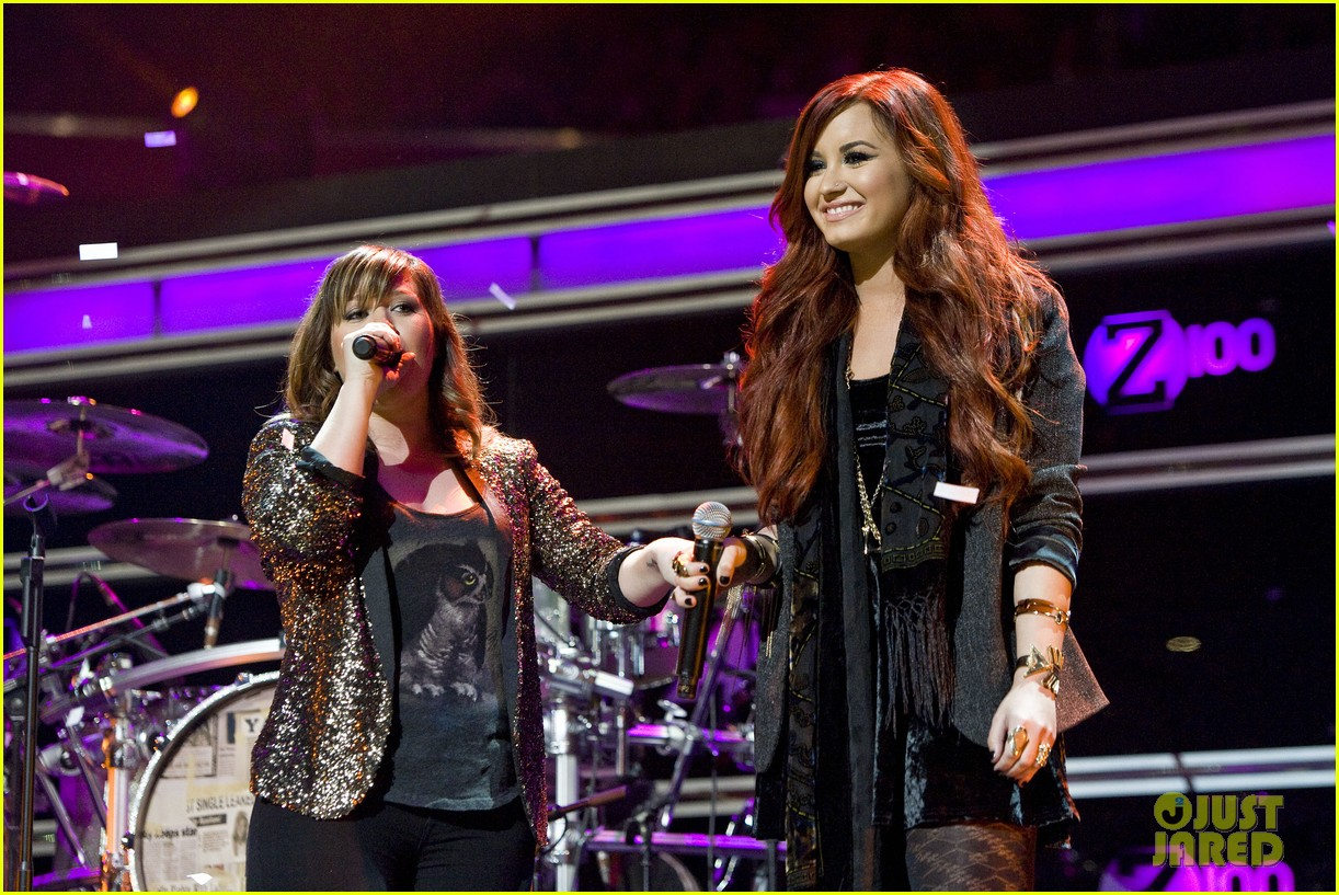 kelly clarkson jingle ball performance 11