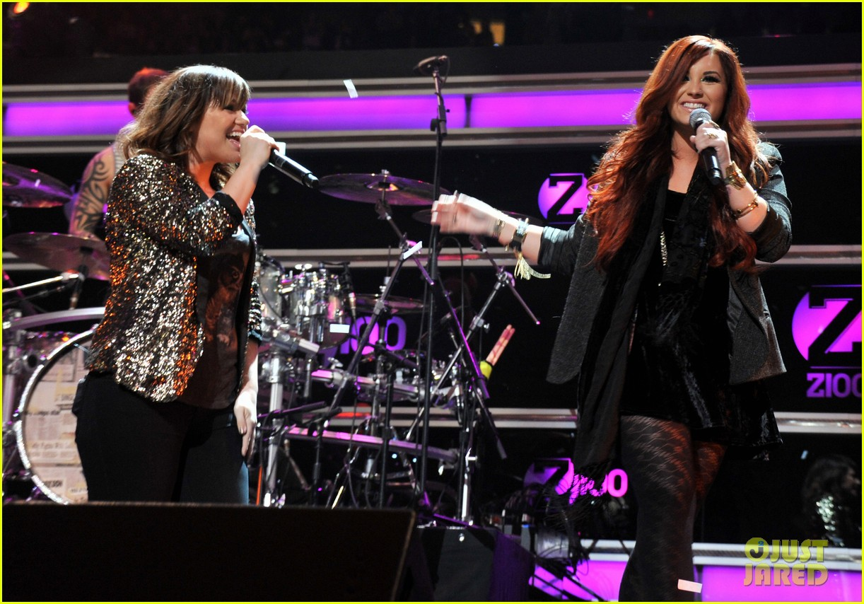 kelly clarkson jingle ball performance 19