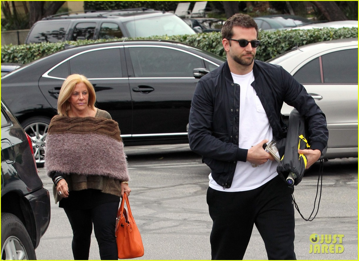 bradley cooper plays tennis with his mom 03