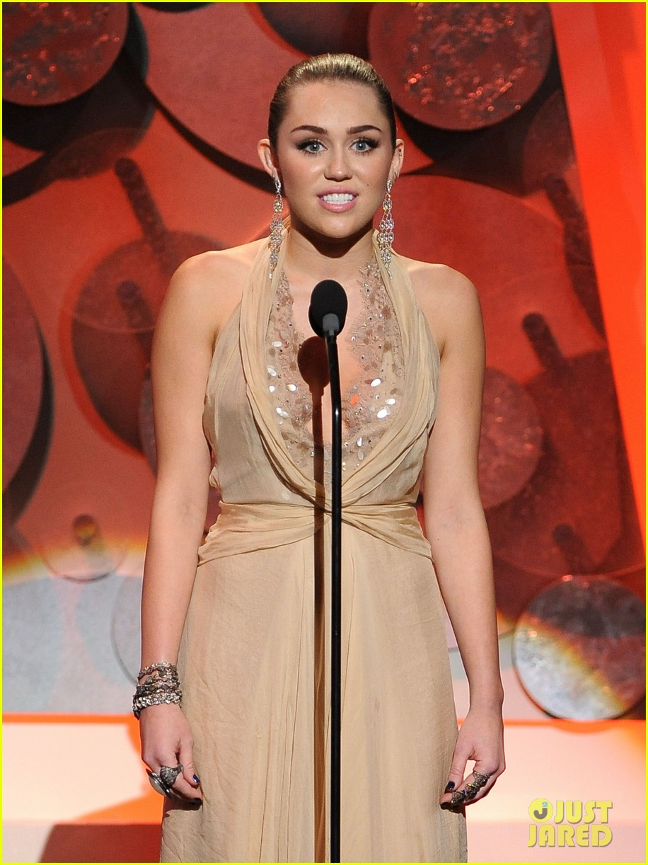 miley cyrus american giving awards 2011 09