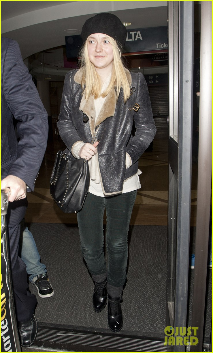 dakota fanning leather jacket airport 01