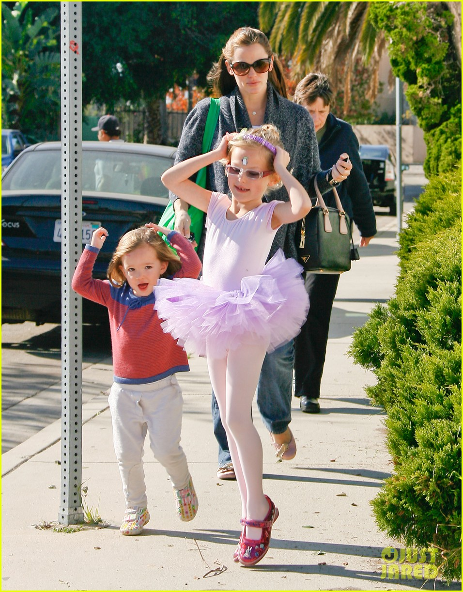 jennifer garner leaves ballet class with the girls 092606333