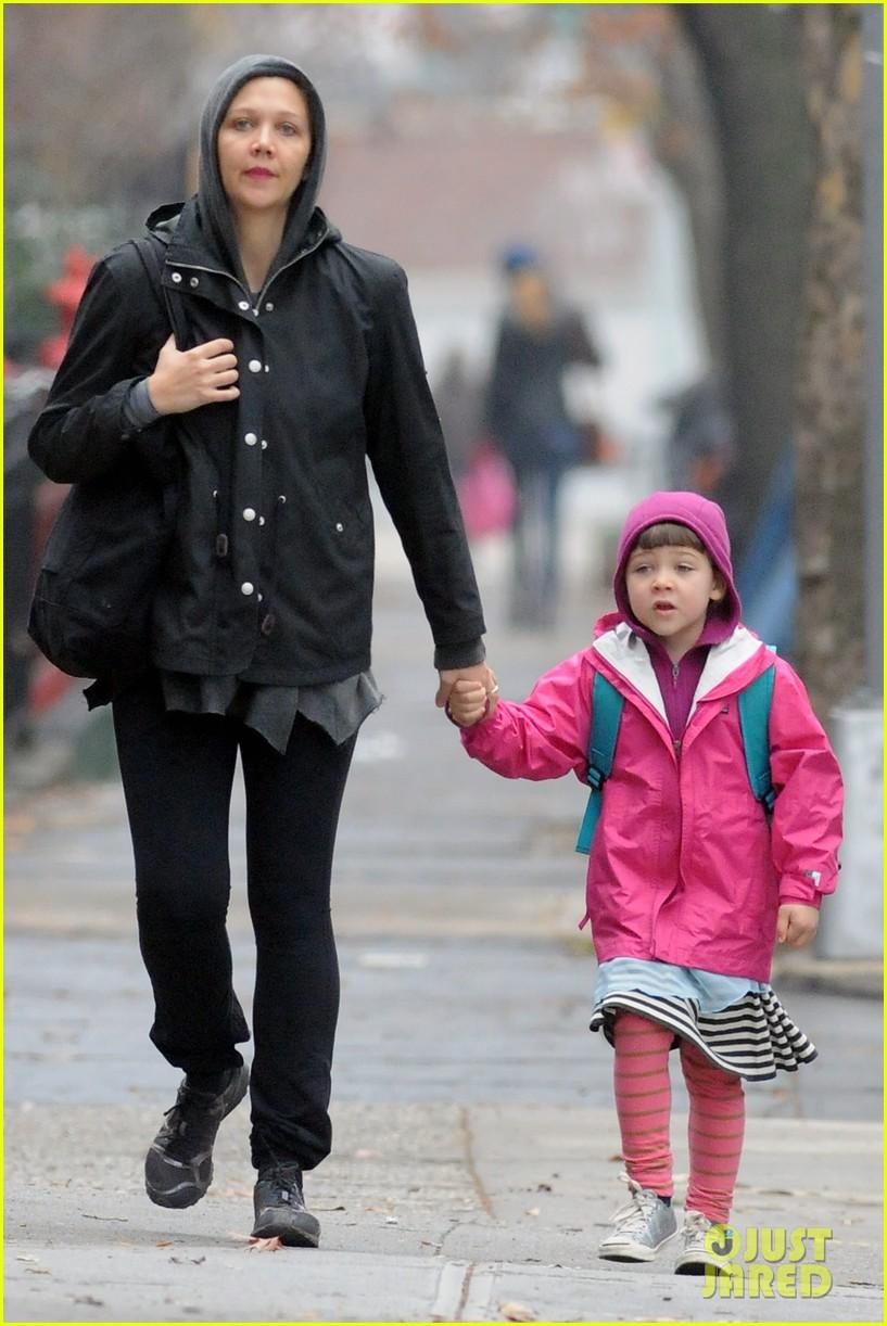 maggie gyllenhaal ramona walk school 04
