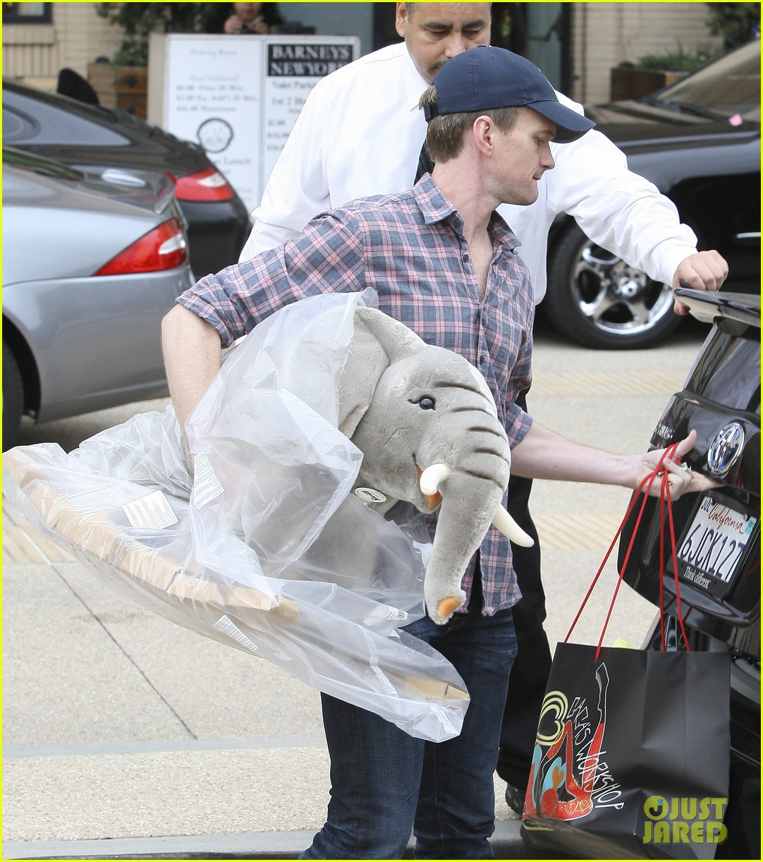 neil patrick harris christmas shopping in beverly hills 04