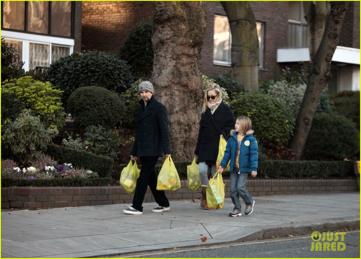 kate hudson matt bellamy ryder groceries 01