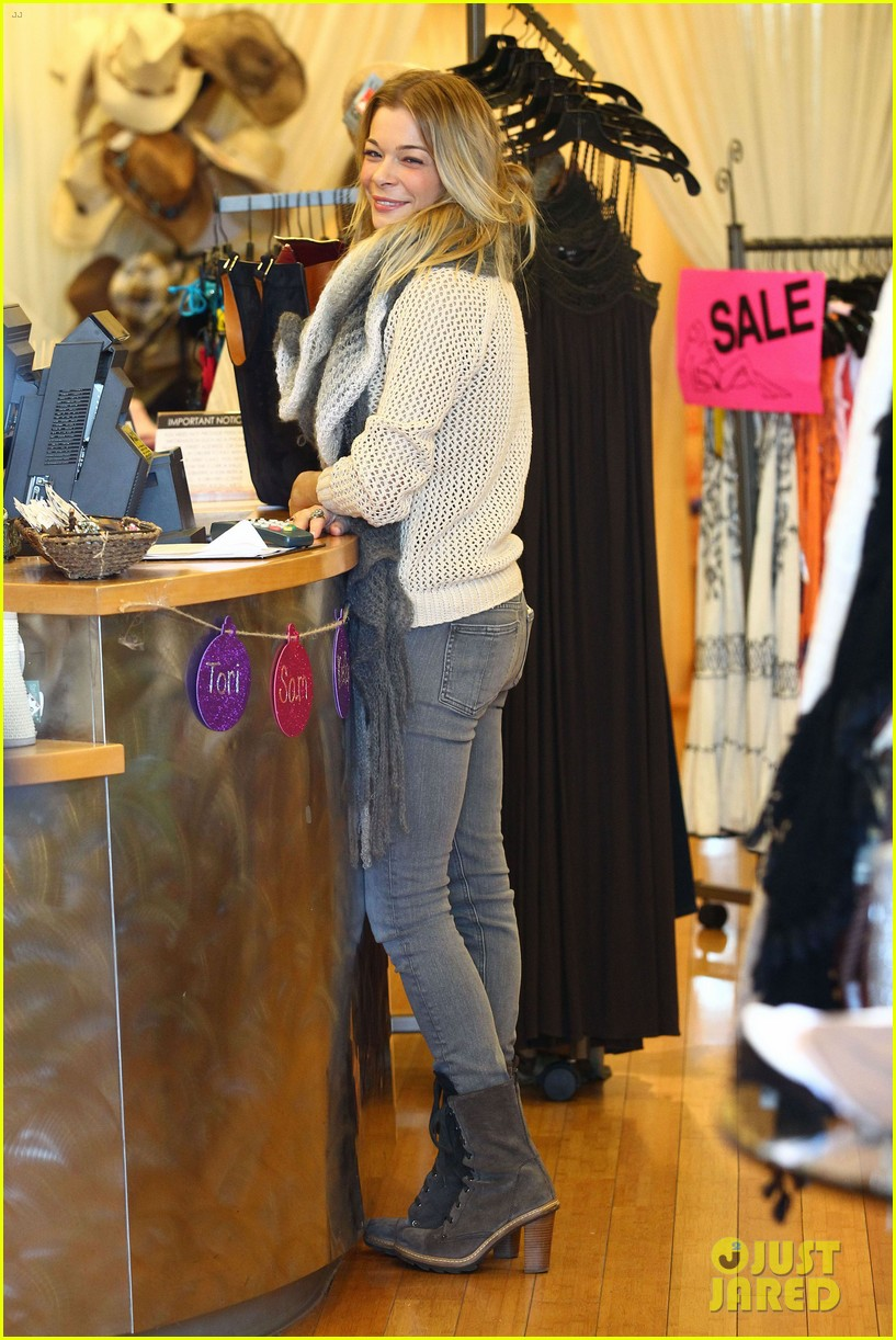leann rimes shops for a hat 03