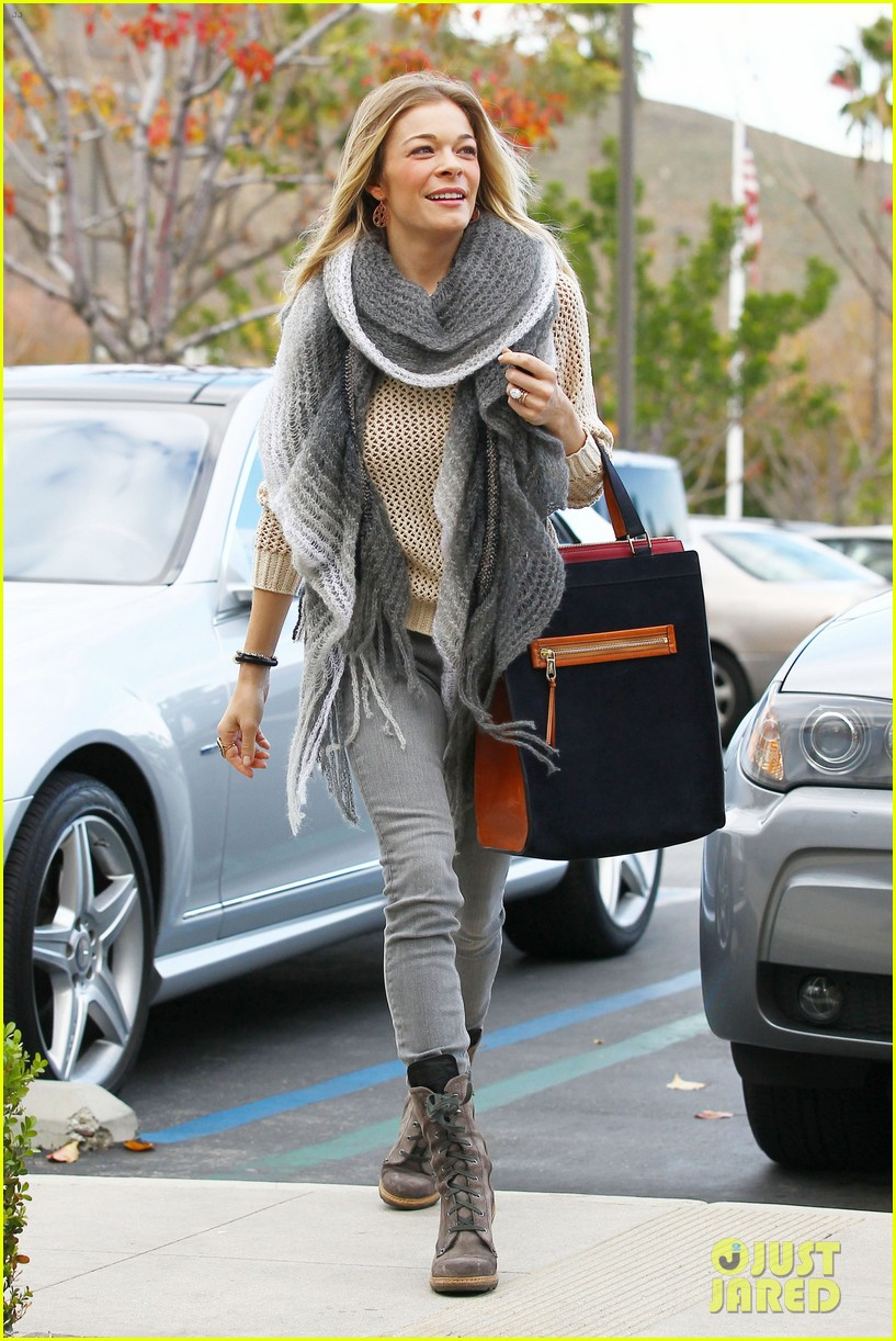 leann rimes shops for a hat 06