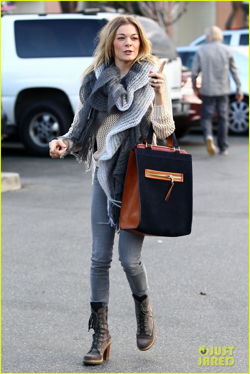 leann rimes shops for a hat 07