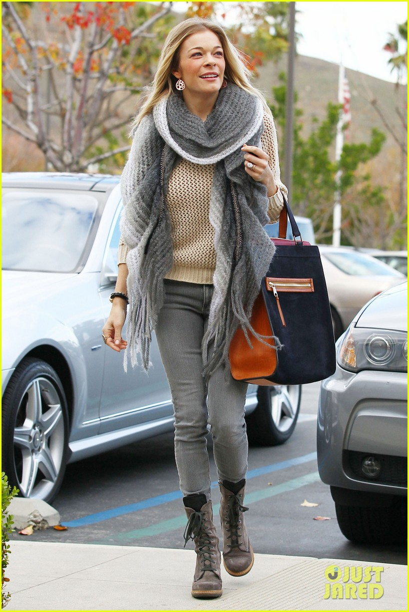 leann rimes shops for a hat 18
