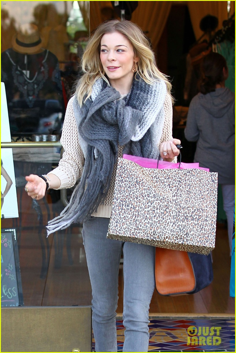 leann rimes shops for a hat 19
