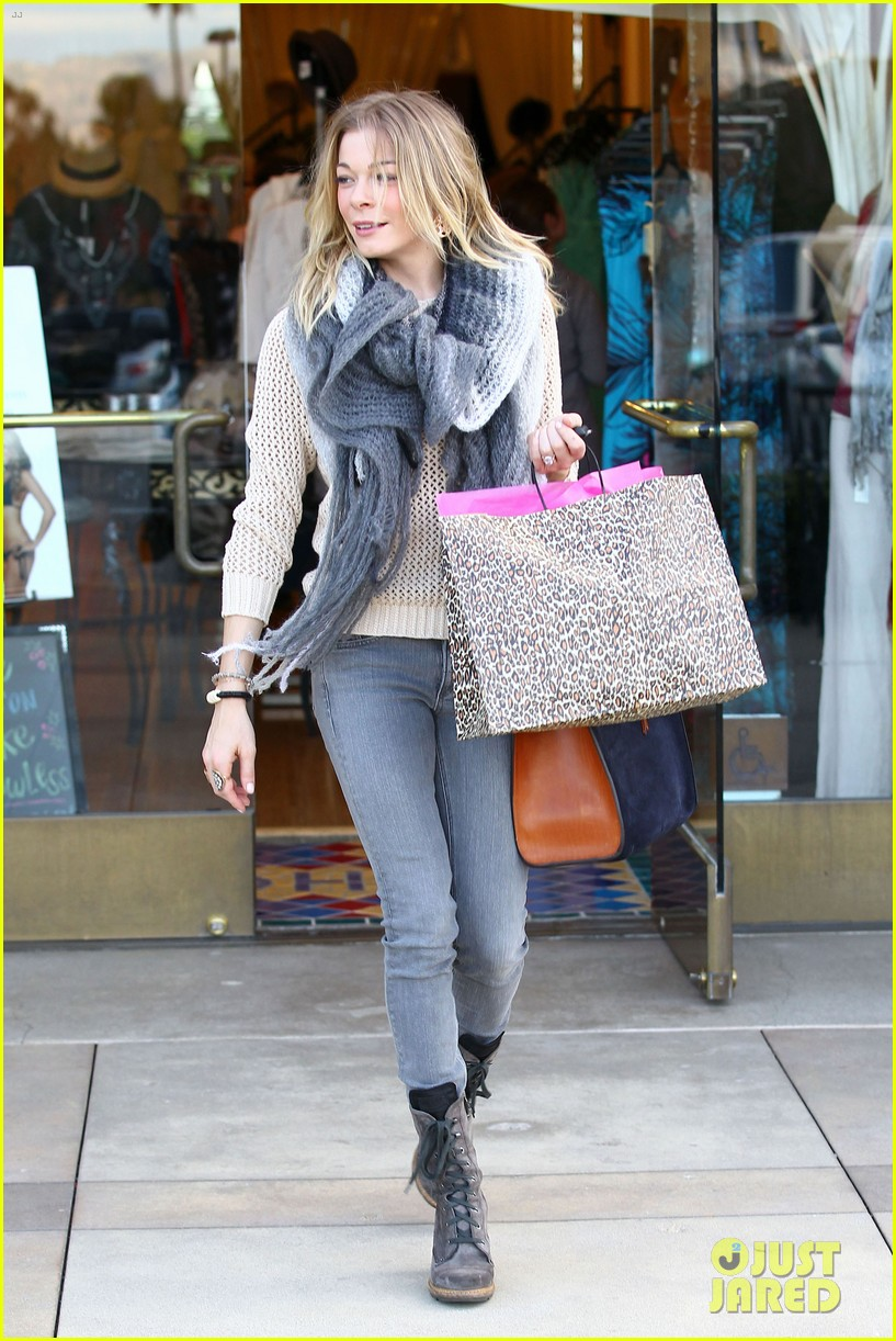 leann rimes shops for a hat 20