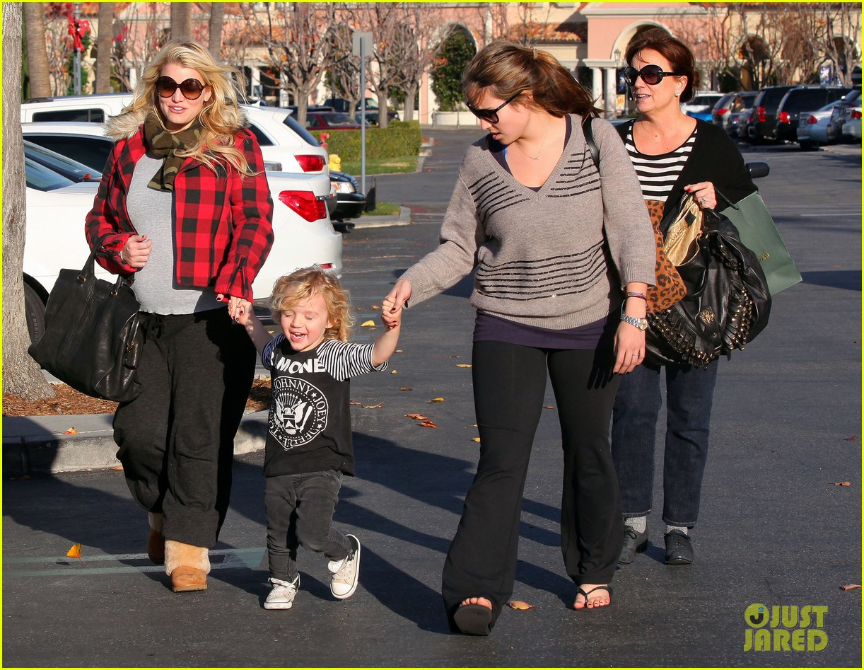 jessica simpson jewelry store visit with family 06